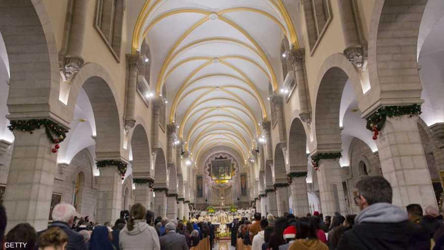 جوقات تردد تراتيل وعازفي مزامير في كنيسة مهد المسيح