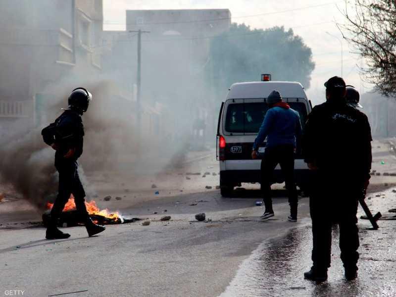 استخدمت قوات الأمن الغاز المسيل للدموع لتفريق المتظاهرين