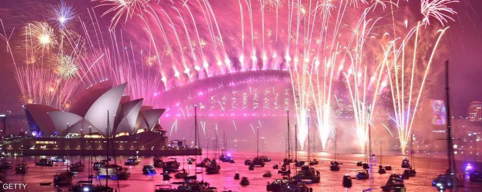 مشهد خلاب للألعاب النارية ويخوت المحتفلين في سيدني بأستراليا