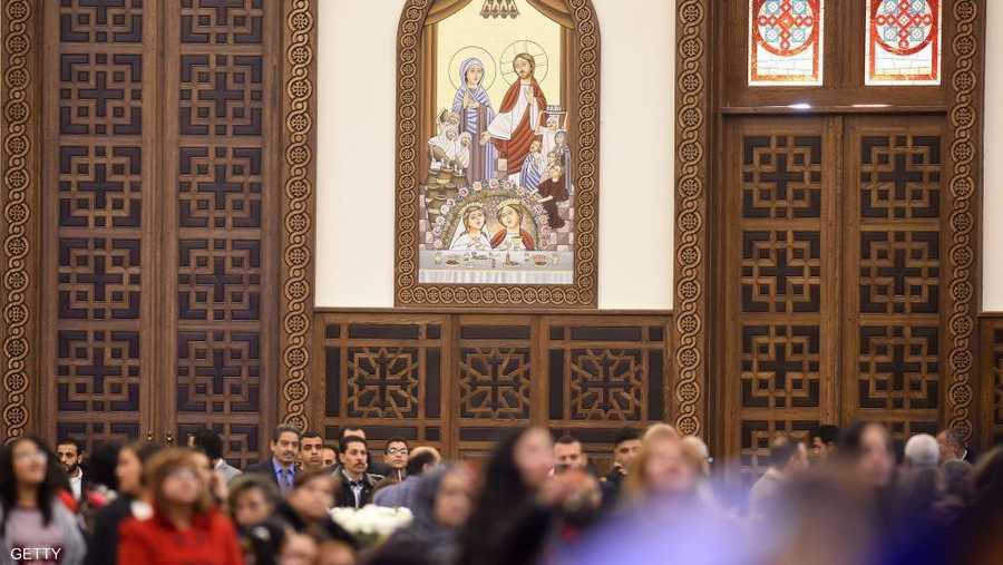 تتسع كاتدرائية ميلاد المسيح المزينة بأيقونات قبطية لأكثر من ثمانية آلاف مصل. وتتصدر الأيقونات القبطية صورة مارمرقس الرسول، كاروز الديار المصرية، بالإضافة إلى عدد من صور القديسين.