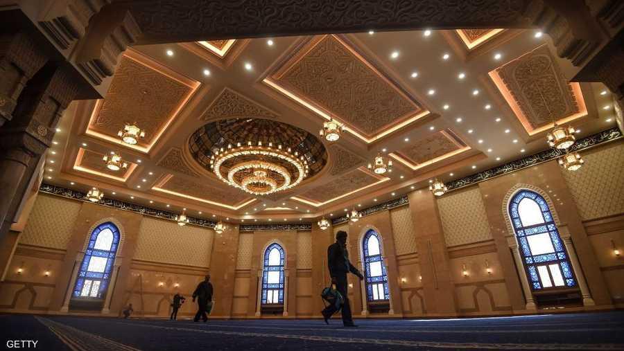 أما مسجد الفتاح العليم في العاصمة الإدارية الجديدة فهو يتسع لنحو 16 ألف مصل.
