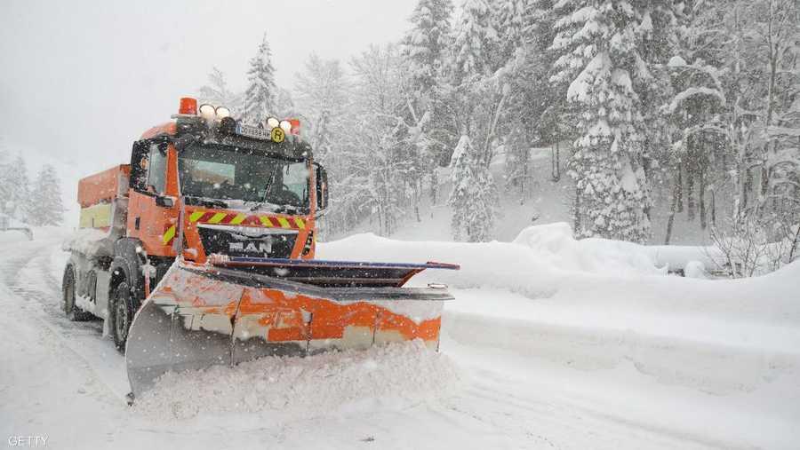 وتوقفت مروحيات الجيش عن عمليات الإنقاذ من الانهيارات الثلجية بسبب الطقس السيئ.
