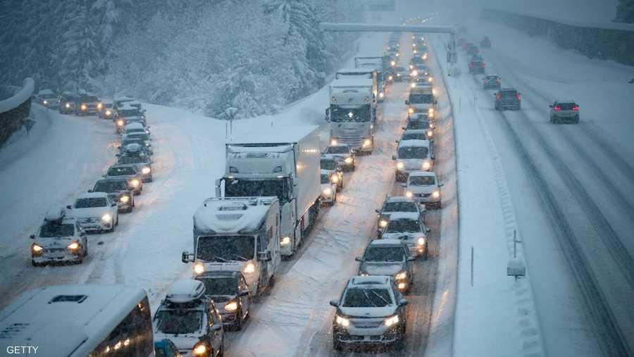 ومن المتوقع تساقط المزيد من الثلوج اعتبارا من الثلاثاء، مما قد يضيف 25 إلى 80 سنتيمترا.