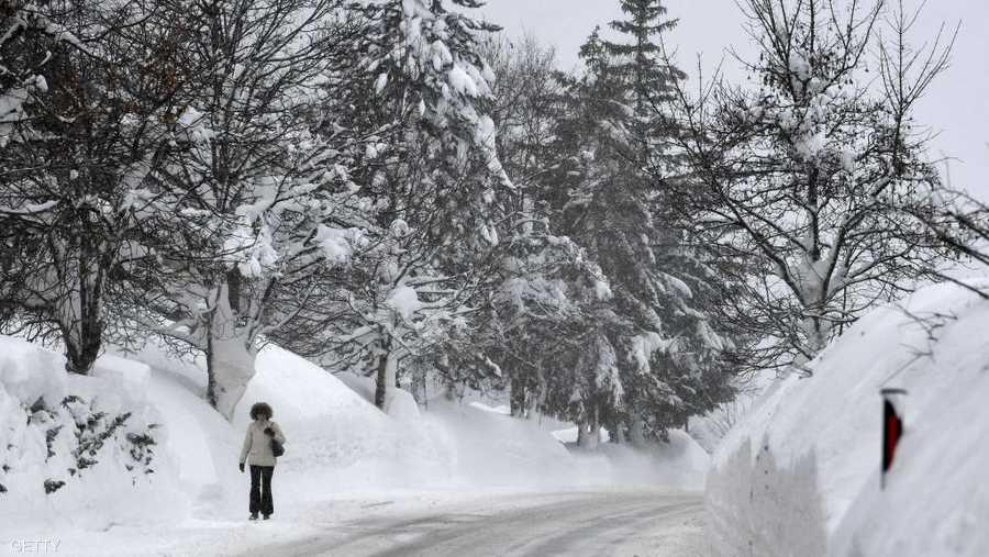 وفي سلسلة جبال هوشكار الواقعة في ولاية النمسا السفلى، أغلق ميدان التزلج، الاثنين حتى إشعار آخر وطلب من السكان وكذلك من السياح مغادرة المنطقة.