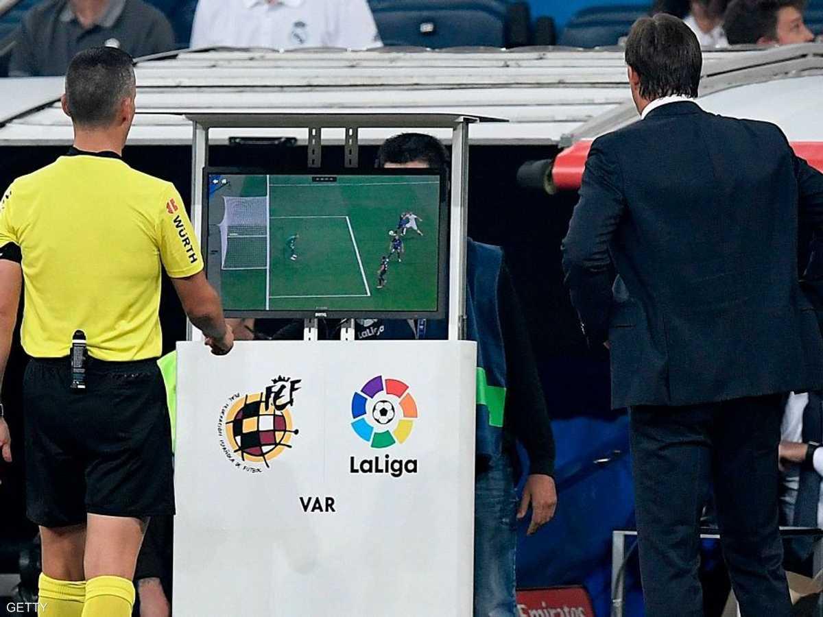 حكم الفيديو يحتفل بهدف في مرمى ريال مدريد