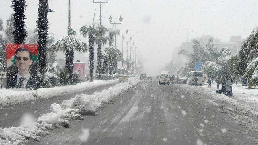 العاصفة ضربت بلاد الشام، ليل السبت الأحد، إثر منخفض جوي قطبي، ويتوقع أن تشهد الساعات المقبلة مزيدا من انخفاض درجات الحرارة.