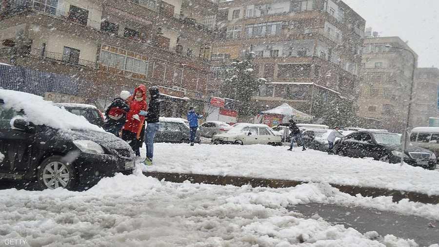 """في سوريا، توقعت مديرية الأرصاد الجوية بقاء """"درجات الحرارة أدنى من معدلاتها بنحو 2 إلى 5 درجات مئوية نتيجة تأثر البلاد بمنخفض جوي قطبي المنشأ""""."""