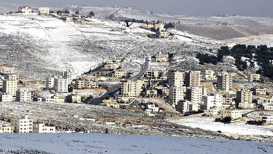وستهطل الأمطار على فترات، في شمال ووسط الأردن، وتمتد إلى أجزاء من جنوب وشرق البلاد، مما يؤدي إلى تشكل السيول في الأودية والمناطق المنخفضة.