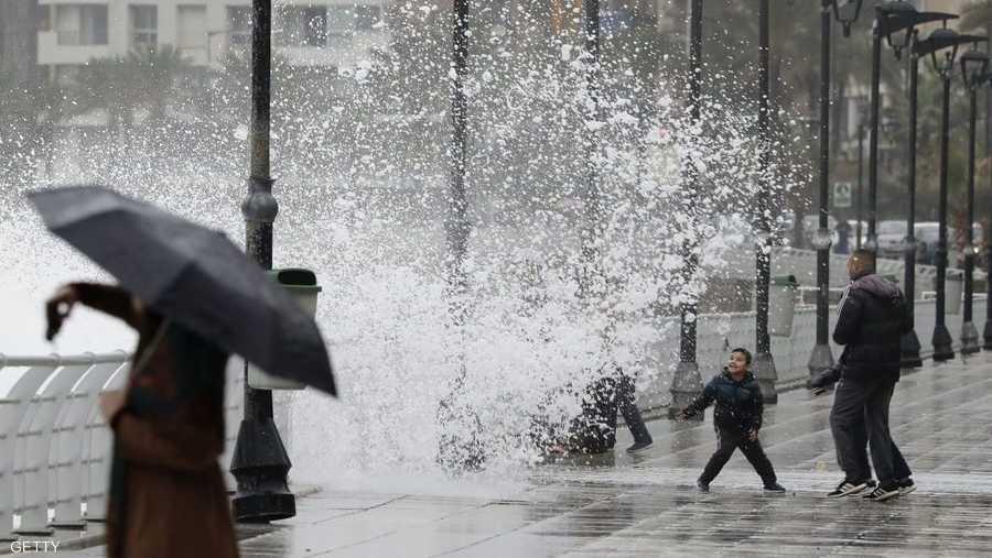 وتوقفت الدراسة في معظم المناطق اللبنانية وسط اشتداد قساوة وبرودة العاصفة، واستمرار تساقط الأمطار على الساحل لليوم الثالث على التوالي.