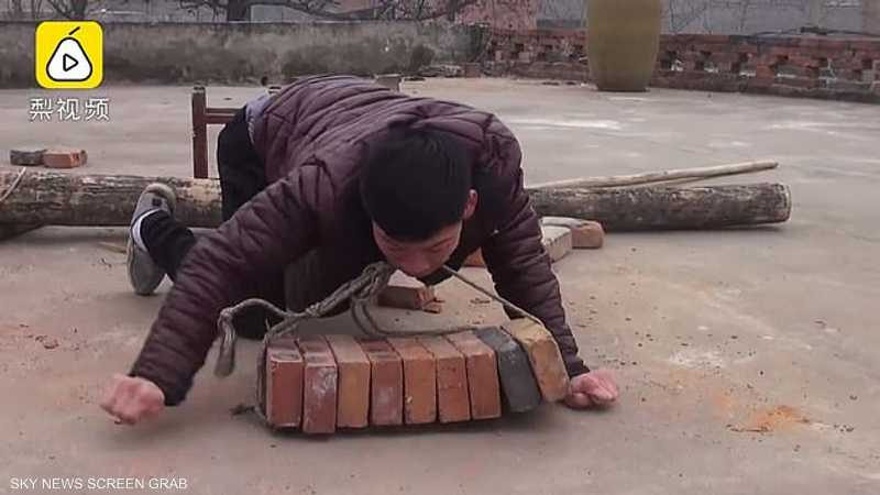 شاب معاق.. وعمل شاق لمساعدة أسرته الفقيرة