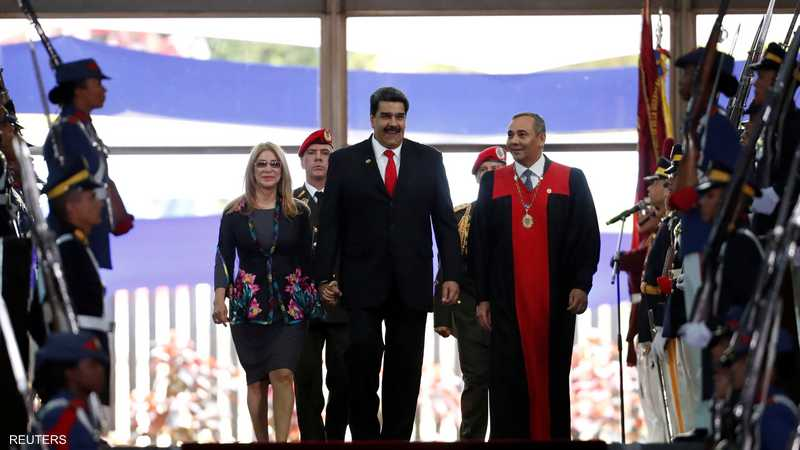 مادورو يسير برفقة زوجته خلال حفل حفل أداء اليمين