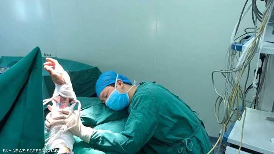 الطبيب نام من الإرهاق بعد أن أدى عمله الإنساني