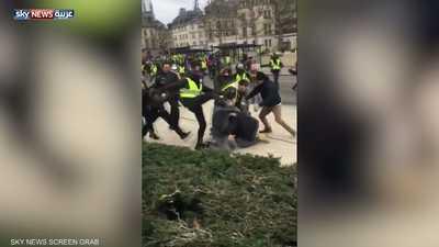 """فرنسا.. محتجو """"السترات الصفراء"""" يصبون غضبهم على الصحفيين"""