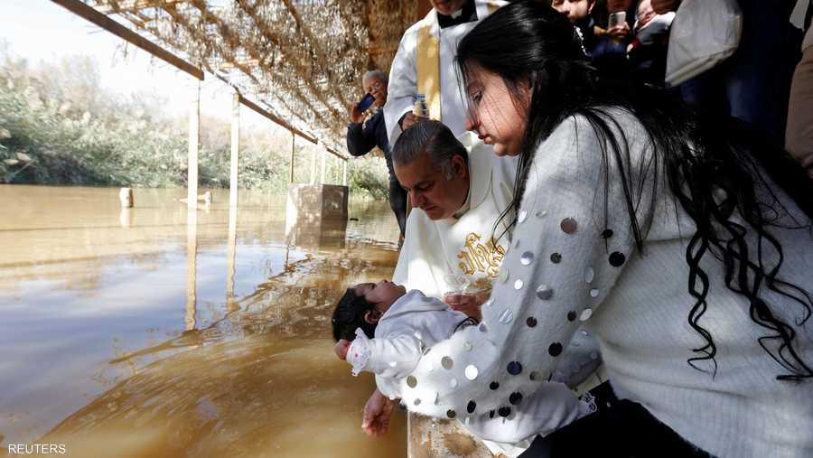 وفي يوم الحج، عمّد كثيرون أنفسهم وأبناءهم، مثل أسرة عراقية لاجئة عمّدت ابنتها أنيتا في مياه النهر.