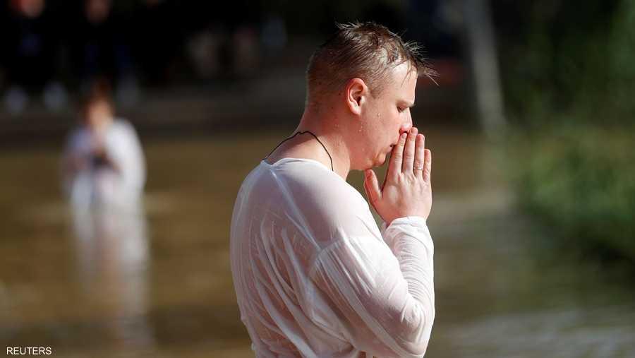 ويأتي المسيحيون إلى هنا للتبرك من مياه نهر الأردن، التي يعتقدون أن المسيح تعمد بها قبل أكثر من 2000 عام.