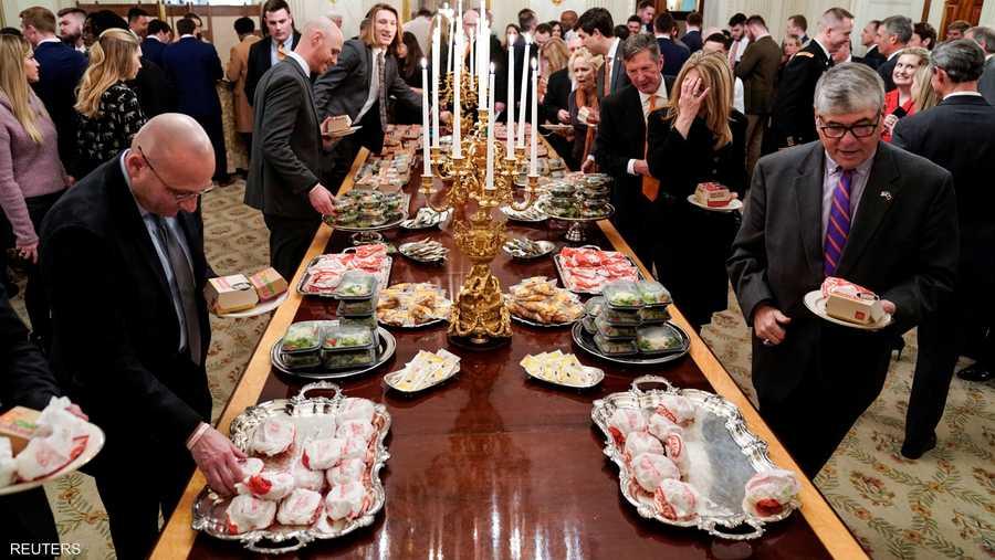 """وقال ترامب إنه كان يقدم """"طعاما أميركيا رائعا"""" للاعبي كرة القدم، وأوضح أن """"السبب في قيامنا بهذا هو الإغلاق. نريد التأكد من أن كل شيء على ما يرام""""."""