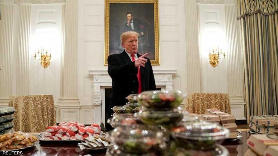 أقام الرئيس الأميركي دونالد ترامب مأدبة طعام مكونة من شطائر المطاعم السريعة، لفريق جامعي بكرة القدم الأميركية. وقال إنه تحمل نفقات هذه المأدبة بنفسه بسبب الإغلاق الجزئي المستمر لمؤسسات الحكومة.