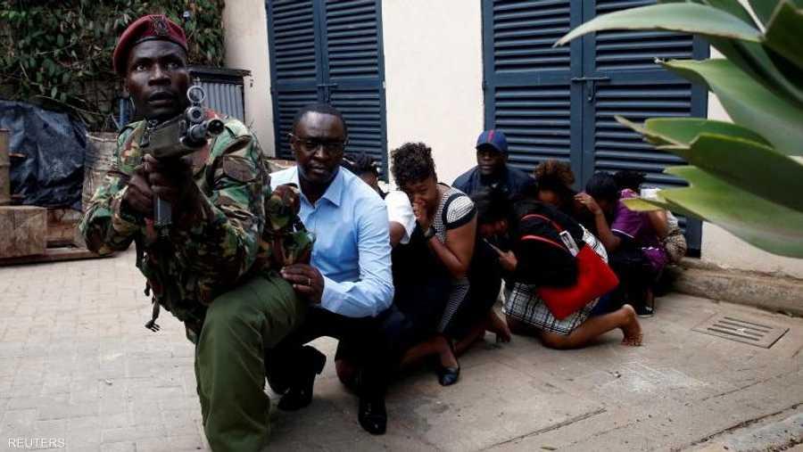 أدى هجوم شنه متطرفون على مجمّع يضم فنادق ومكاتب في نيروبي الكينية إلى مقتل وإصابة العشرات. وتظهر الصورة أفراد الشرطة ينقلون مجموعات صغيرة من العاملين خارج المجمع إلى مركبات مدرعة.