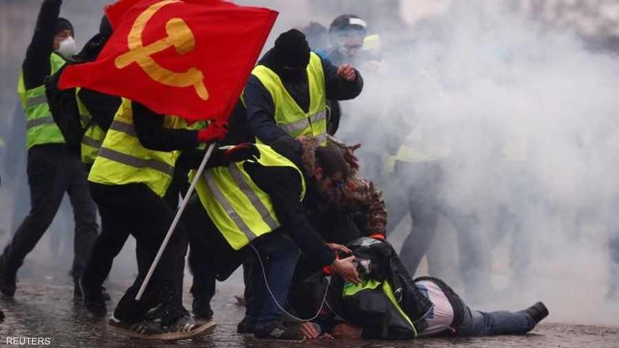 """تواصل """"السترات الصفراء"""" الاحتجاج في باريس ومدن أخرى، فيما تواجهها الشرطة بخراطيم المياه والغازات المسيلة للدموع. وتسعى الحركة إلى إعطاء زخم جديد للاحتجاجات، التي تراجعت حدتها مع نهاية السنة الماضية."""
