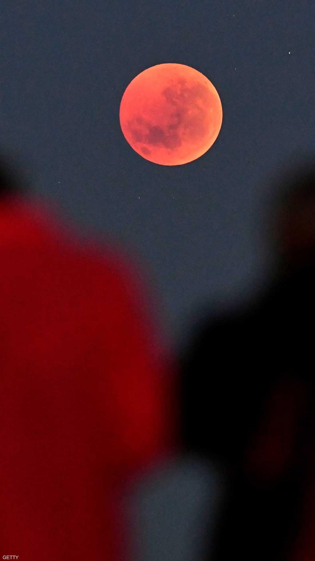 بعض مناطق العالم شهدت قمر الذئب الدموي ليل الأحد