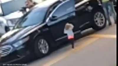 طفلة تستسلم للشرطة الأميركية.. ورد رسمي بعد انتشار الفيديو