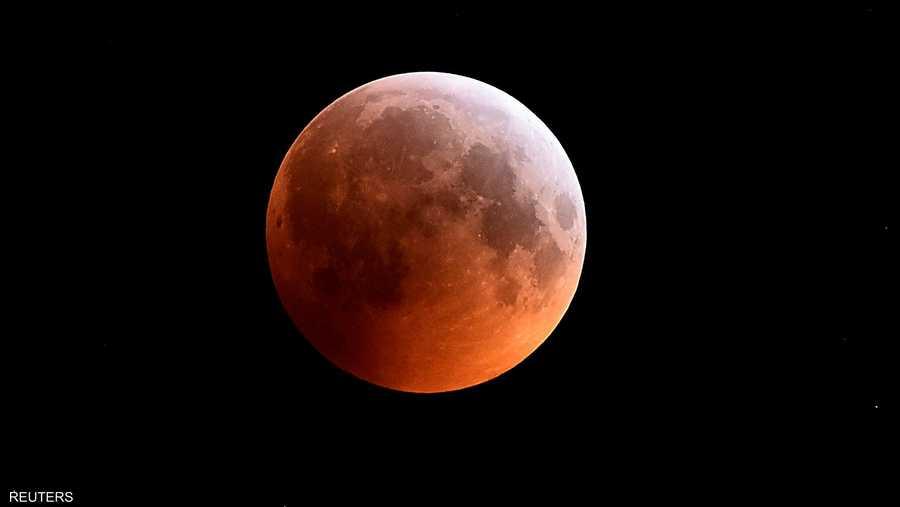 وعلى الرغم من أنه خسوف كلي، لم يعتم القمر تماما بل توهج بلون أحمر نحاسي أكسبه اسم القمر الدموي. ويطلق عليه قمر عملاق لأنه قمر كامل وشديد القرب من الأرض.