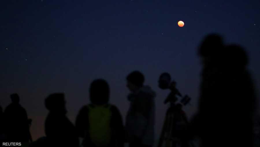 من لوس أنجلوس إلى نيويورك، ولى مراقبو النجوم وجوهم قبل السماء لمشاهدة الخسوف الذي يعرف باسم قمر الذئب الدموي العملاق الذي ظهر في الساعة 11:41 بتوقيت شرق الولايات المتحدة (04:41 بتوقيت غرينتش).