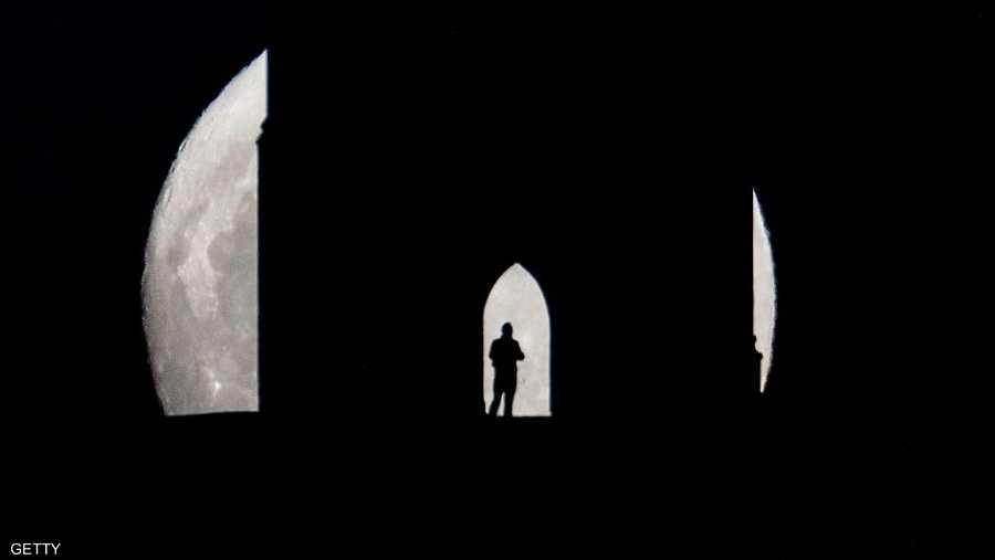 وعلى عكس كسوف الشمس الذي يتطلب حماية للعين كي تستمتع بالمشاهدة، لم يتطلب الأمر اتخاذ تدابير إضافية لمتابعة خسوف القمر دون التعرض لمخاطر صحية.