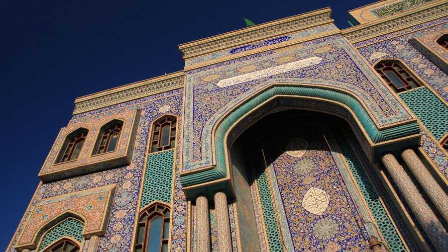 من أبرز مساجد الطائفة الشيعية في الإمارات وأقدمها، مسجد الإمام الحسين في منطقة السطوة بدبي. تم بناءه في 1979، ويبرز بمظهره الإسلامي الجميل.