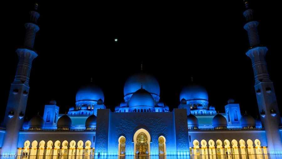 يعد مسجد الشيخ زايد الكبير في أبوظبي واحدا من أجمل المساجد في العالم، ومنذ افتتاحه في 2007، وهو يعد من الرموز الشامخة لدولة الإمارات، ومن المعالم التي يزورها السياح والمصلون من كل بقاع العالم.
