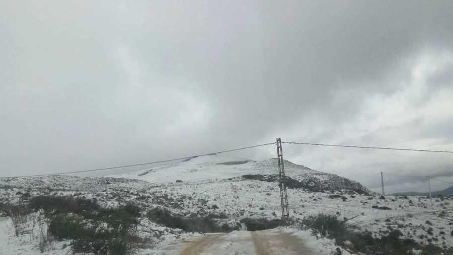 وتتعرض الجزائر إلى منخفض قطبي عميق، جلب معه أمطارا وثلوجا، ويتوقع أن يشتد في اليومين المقبلين.