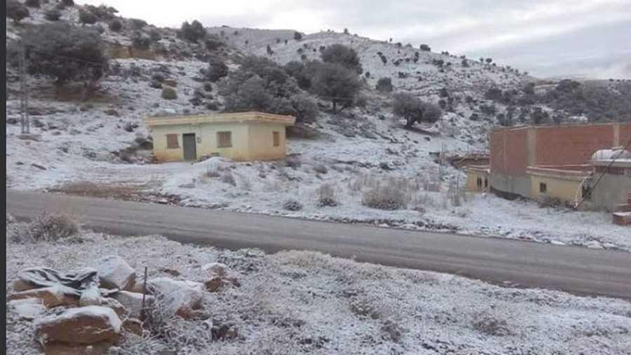 وعادة ما تتساقط الثلوج على الجزائر في يناير من كل عام.