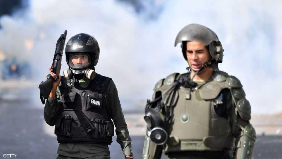 """وأيد الجيش الفنزويلي مادورو كما أشار وزير الدفاع الفنزويلي الذي غرد قائلا """"إن اليأس والتعصب يقوضان سلام الأمة. نحن، جنود الوطن، لا نقبل برئيس فرض في ظل مصالح غامضة، أو أعلن نفسه بشكل غير قانوني."""