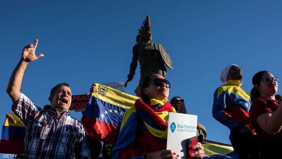 وخلال سنوات حكم مادورو، شهدت البلاد أوضاعا اقتصادية صعبة كنقص المواد الغذائية والمستلزمات الطبية، فضلا عن الانقطاع الدائم للتيار الكهربائي ومن تضخم هائل، الأمر الذي دفع الكثير من الفنزويليين للهجرة.