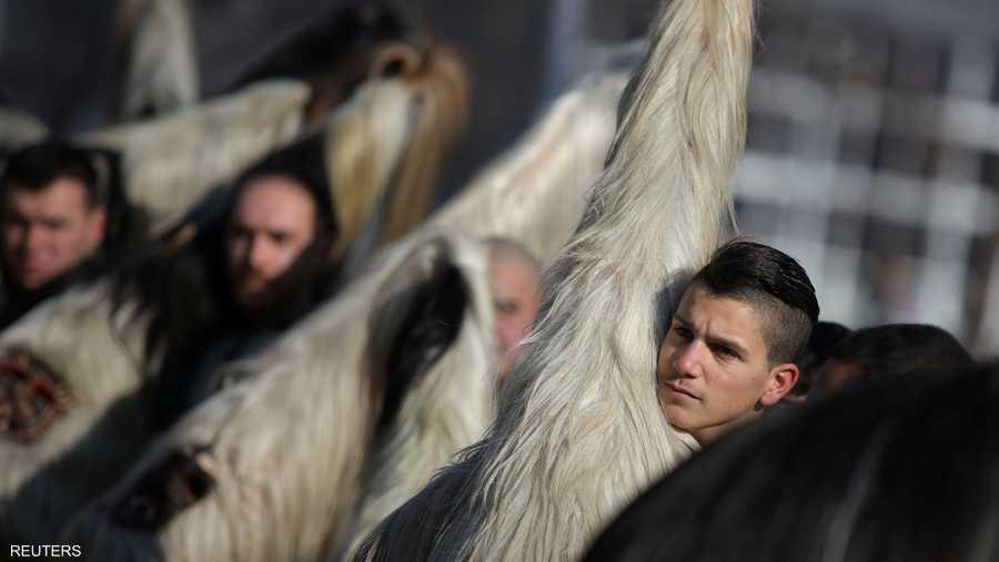 وخلال المهرجان يرتدي المشاركون أزياء تنكرية على شكل حيوانات وأقنعة ذات قرون