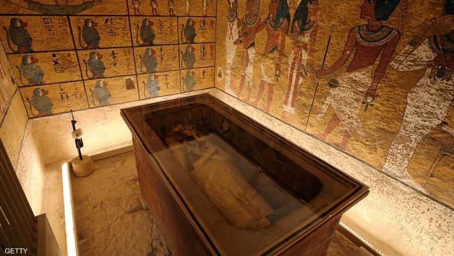 تم تسليم المقبرة رسميا بعد تقليص الخدوش والأضرار الناتجة عن الغبار ونمو الميكروبات بسبب التنفس والرطوبة التي تصاحب الزائرين.