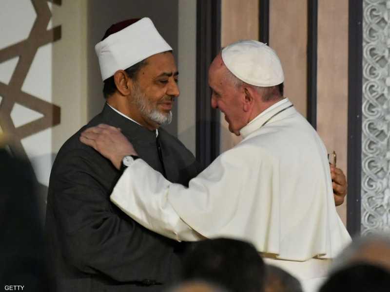 احتلت صورة عناق البابا والإمام الأكبر صدارة وسائل الإعلام