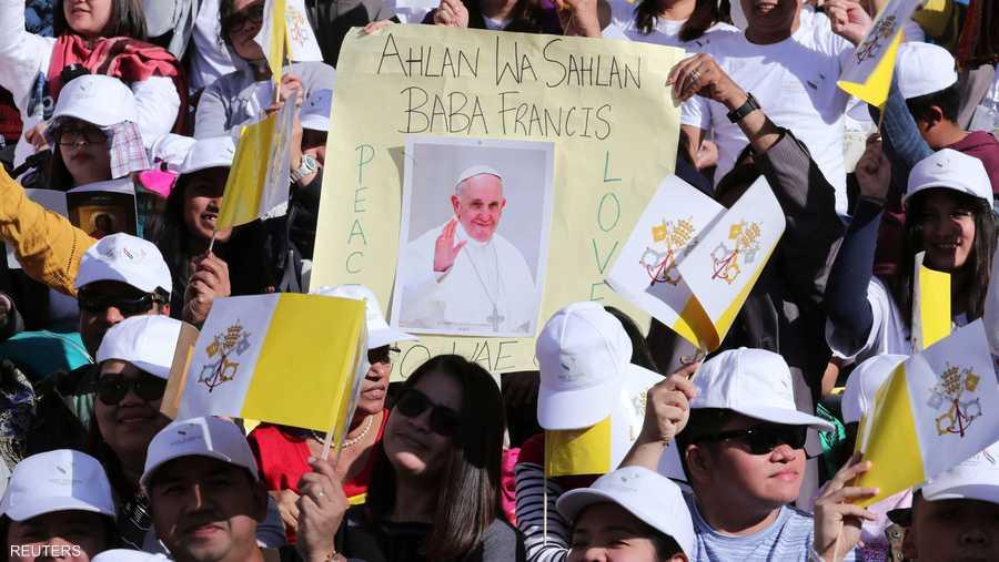 قبل القداس، التقى بابا الكنيسة الكاثوليكية بمجموعة من المؤمنين في كاتدرائية القديس يوسف بالعاصمة الإماراتية.