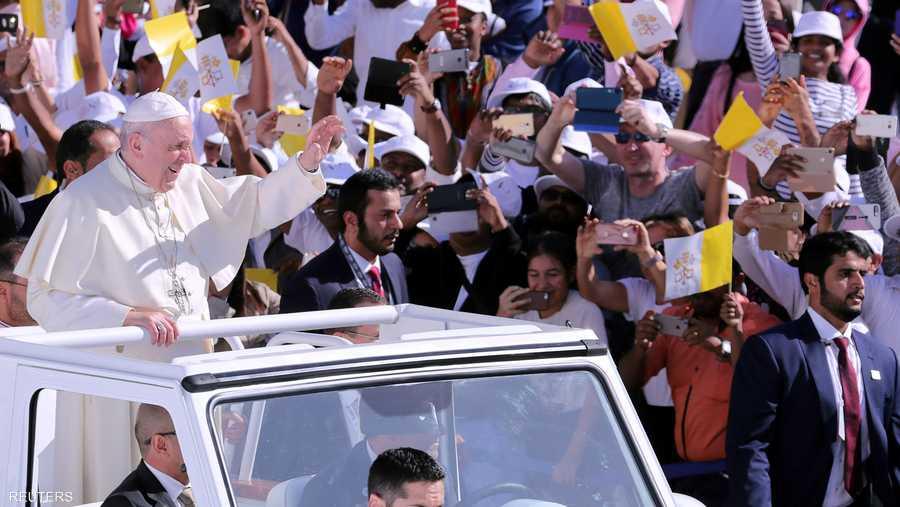 وصل البابا فرنسيس على متن سيارة مكشوفة وسط ترحيب حافل من جموع المؤمنين، الذين غصت بهم مدينة زايد، التي اكتست بوشاح المحبة والسلام.