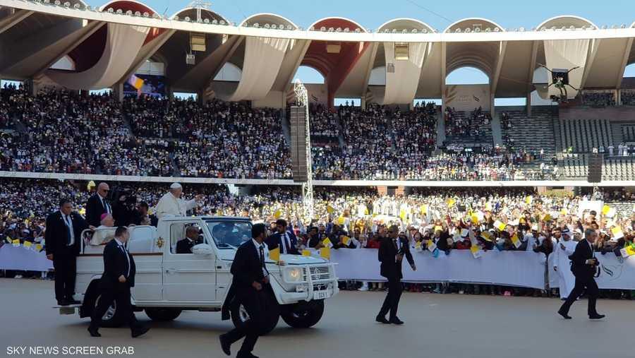 احتضنت المنصات الرئيسية لمدينة زايد الرياضية أكثر من 60 ألف شخص، والمناطق المجاورة أكثر من 75 ألف شخص.