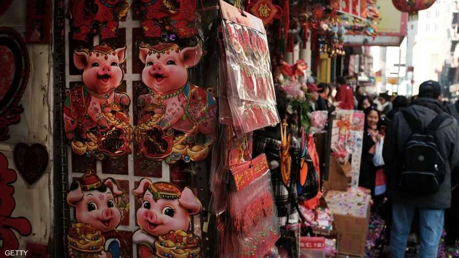 وتستمرّ الاحتفالات برأس السنة القمرية، وهو أهمّ الأعياد في التقويم الصيني، 15 يوما تتخللها حفلات وجلسات عائلية يتبادل خلالها الأقارب الهدايا ويوزّعون مظاريف حمراء تحوي مبالغ مالية.