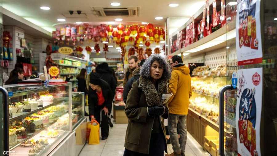 واستغل المغتربون الصينيون في بريطانيا العيد مناسبة لشراء أشياء تذكرهم بوطنهم.
