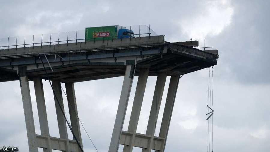إيطاليا بدأت بهدم بقايا جسر على الطريق السريع في مدينة جنوى.