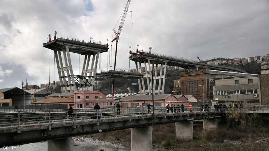 بدأت فرق الهدم بتفكيك الجزء الغربي من الجسر.