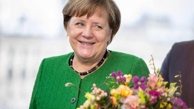 المستشارة الألمانية أنغيلا ميركل تقتني الزهور في عيد الحب