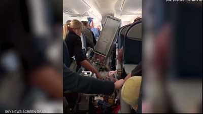 """رعب في السماء.. فيديو يرصد """"مشاهد زلزال"""" داخل طائرة"""