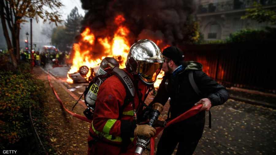 عاث مثيرو الشغب فسادا في الشوارع حيث أضرموا النيران في سيارات وحطموا متاجر راقية وشوهوا بعض المناطق السياحية.
