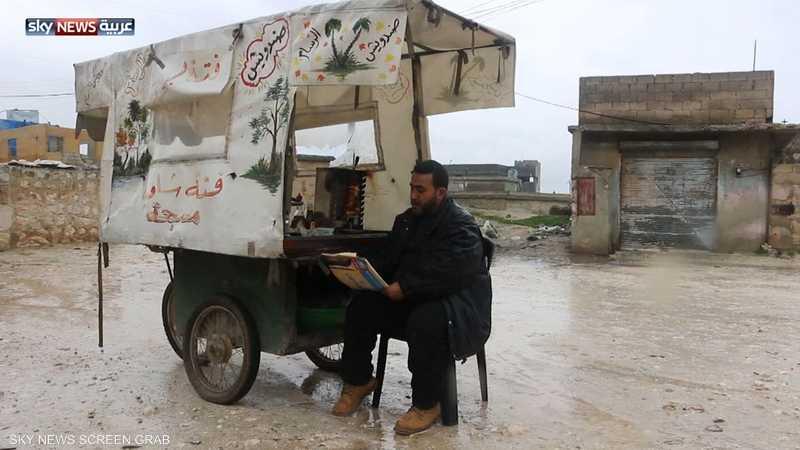 يبيع الطعام ويرسم ليعيل أسرته بريف حلب