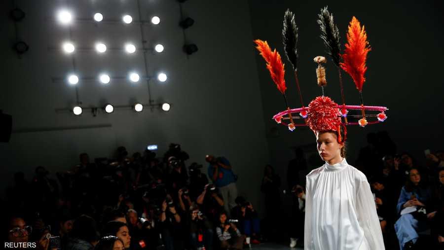 وصمم هذه الأزياء الغريبة، الفنان الكوري الجنوبي، مجين لي، وتوصف أفكاره بالمجنونة والفريدة
