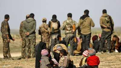 شاحنات تنقل مدنيين من آخر معقل لداعش في سوريا